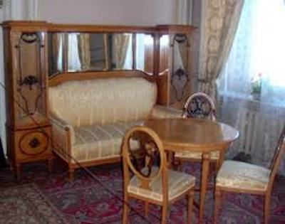 https://commons.wikimedia.org/wiki/File:Vladimir_Palace_furniture.jpg