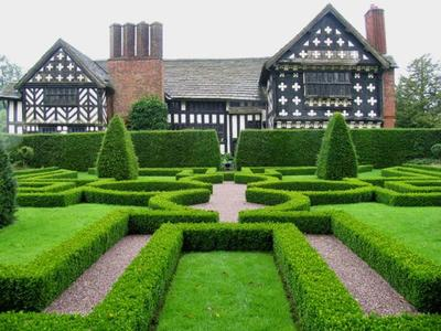 https://upload.wikimedia.org/wikipedia/commons/1/18/Knot_Garden_at_Little_Moreton_Hall,_Cheshire_-_geograph.org.uk_-_1527.jpg